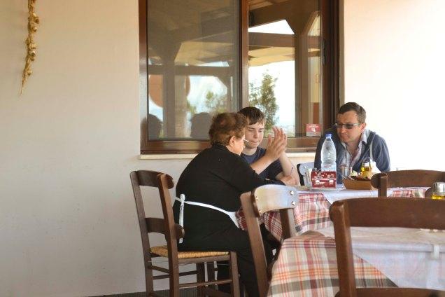 a senhorinha é a Irene: ela sentou na mesa pra explicar o cardápio ♥